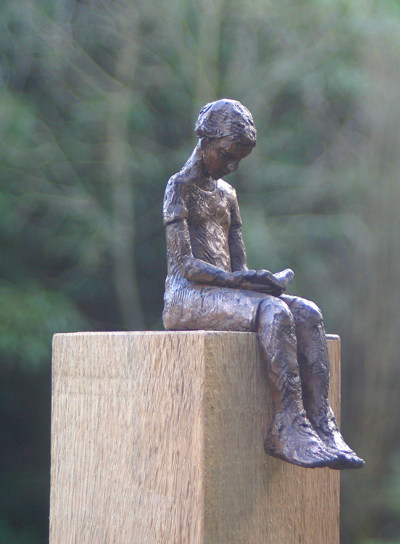 CarolPeace-sculpture-reading
