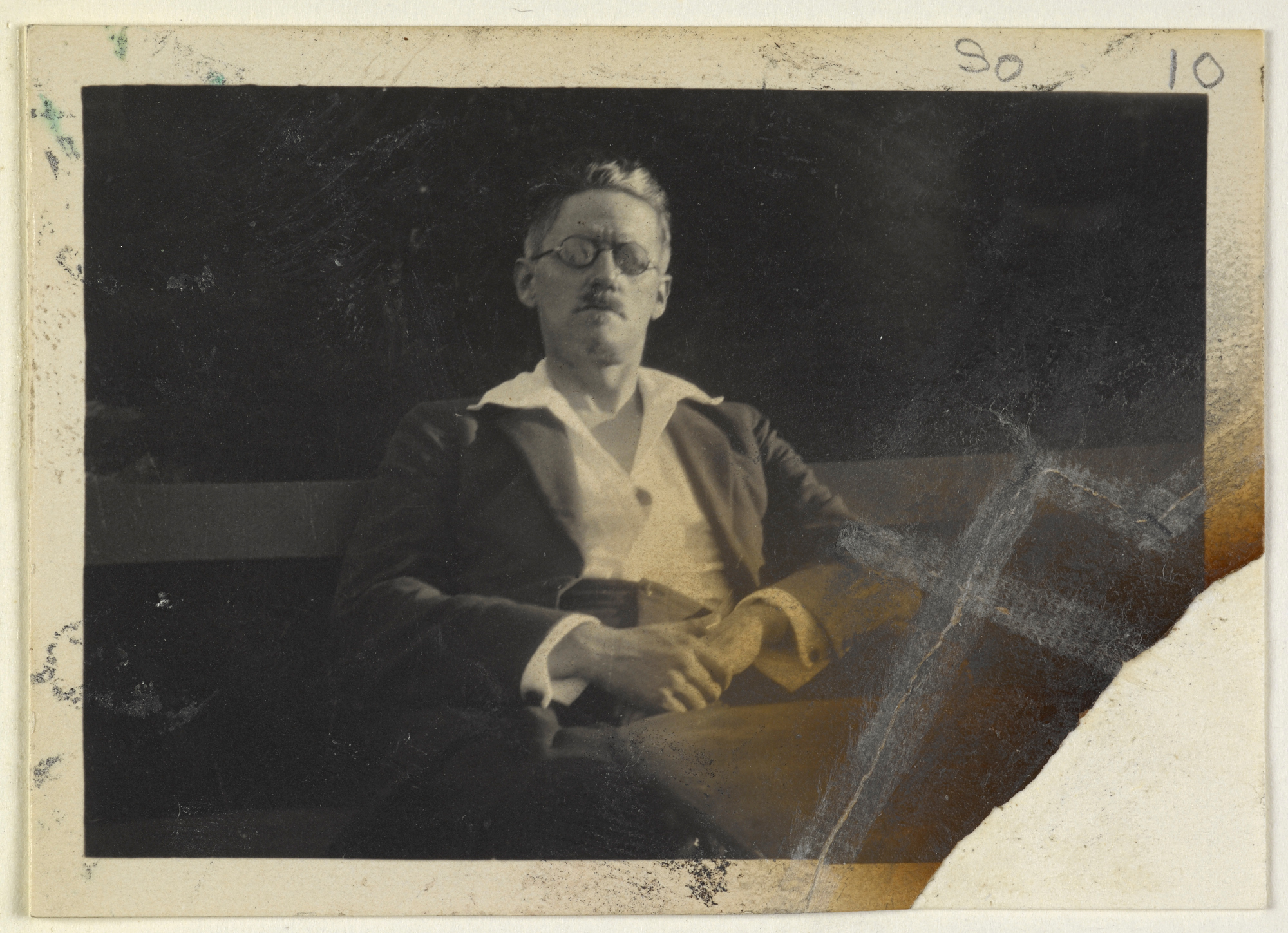 Photograph-of-James-Joyce-This-material-is-in-the-Public-Domain