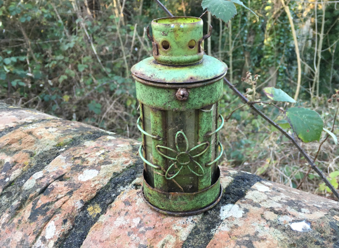 Lamp at Arnos Vale cr Judy Darley